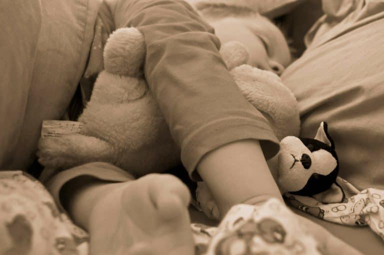 Kleinkind und Baby im Familienbett