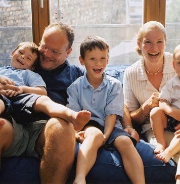 Impffamilie auf dem Sofa