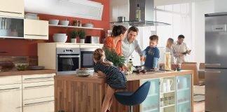"""Bauherren sollten bei der Küchenplanung das sogenannte """"Arbeitsdreieck"""" berücksichtigen. Die Bereiche Kühlen, Vorbereiten und Spülen bilden die drei essentiellen Arbeitszonen in der Küche und sollten hinsichtlich Größe und Position auf die Bedürfnisse der Nutzer abgestimmt sein. Bild: tdx/Küchen Quelle"""