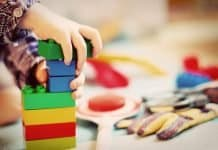 Kind Turm Holzklötze Kindergarten Spielen