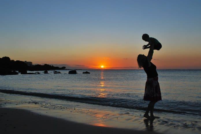 Mutter Sohn Baby Strand Sonnenuntergang Spielen