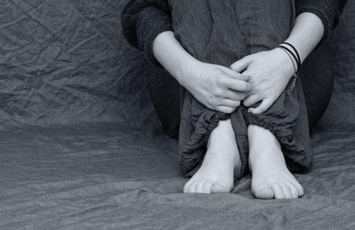 Verzweifelt Traurig Deprimiert Füße Hände