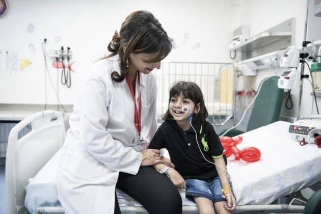 Zur Sozialarbeiterin Hiba Sa'ady hat George ein besonders enges Verhältnis. Foto: KHB/Meinrad Schade