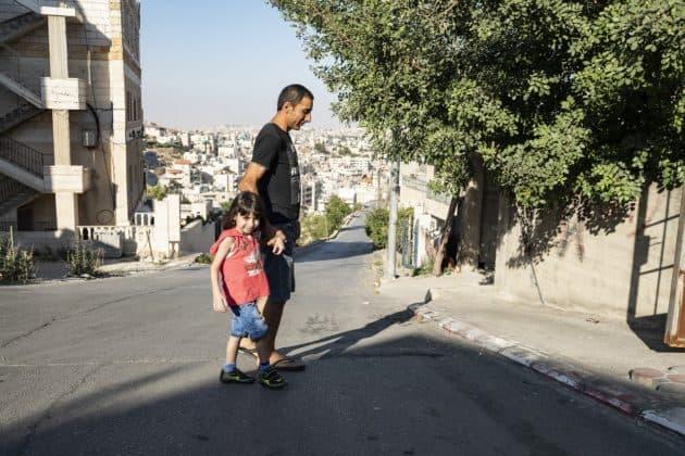 Auch Georges Vater Lary kümmert sich liebevoll um seinen Sohn. Foto: KHB/Meinrad Schade