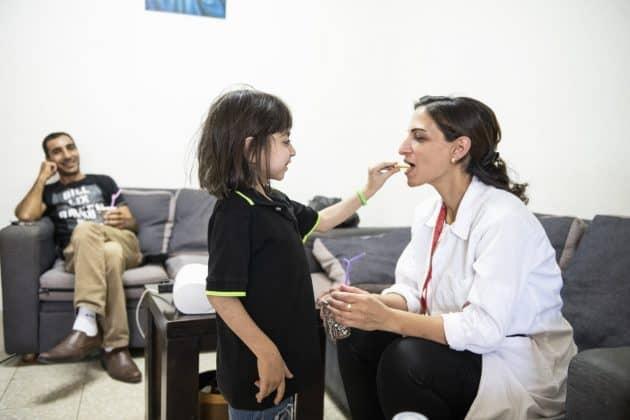 Die Sozialarbeiterin Hiba Sa'ady besucht die Familie von George auch regelmäßig zuhause. Foto: KHB/Meinrad Schade