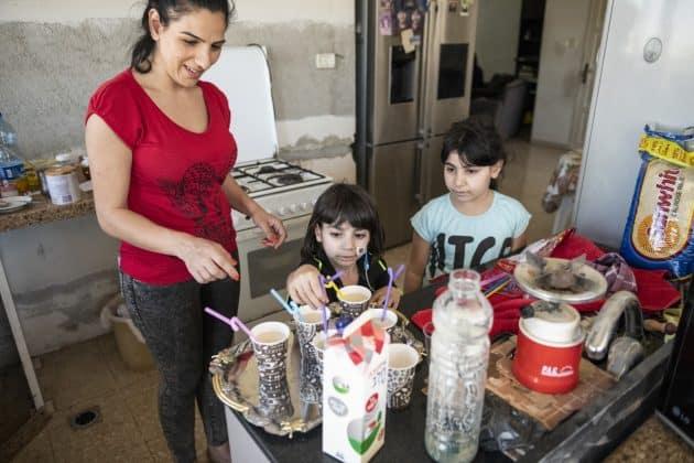 George und seine Schwester Sidra unterstützen ihre Mutter im Haushalt. Foto: KHB/Meinrad Schade