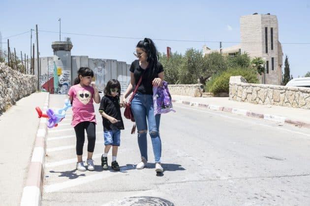 George, seine Schwester Sidra und Mutter Riham auf dem Weg ins Caritas Baby Hospital. Foto: KHB/Meinrad Schade