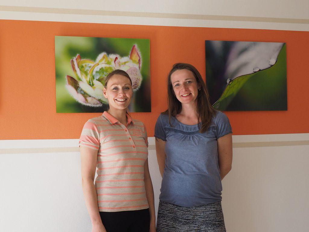 Sandra Raimann (r.) ist überglücklich: Dank der Behandlung durch die Dresdner Osteopathin Ricarda Ulrich (l.) hat sich ihr Kinderwunsch erfüllt – derzeit ist sie zum zweiten Mal schwanger. Foto: Ricarda Ulrich