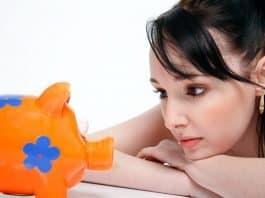 sparschwein speichern geld junge frau finanzen