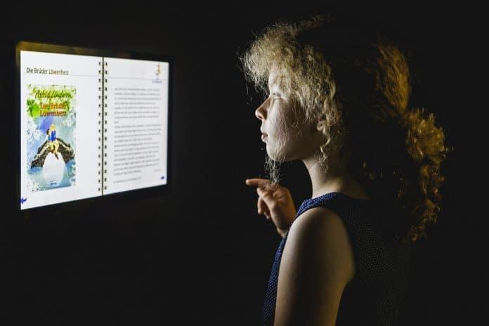 Vertiefende Informationen zu Autoren und Autorinnen wie Astrid Lindgren erhalten die Besucher an multimedialen Stationen. Bildnachweis: Historisches Museum der Pfalz/Carolin Breckle