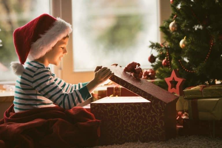 Leuchtende Kinderaugen unterm Weihnachtsbaum
