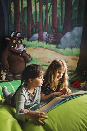 Im Raum, der sich dem Grüffelo widmet, können die Kinder in einer Leseecke zur Ruhe kommen Bildnachweis: Historisches Museum der Pfalz/Carolin Breckle