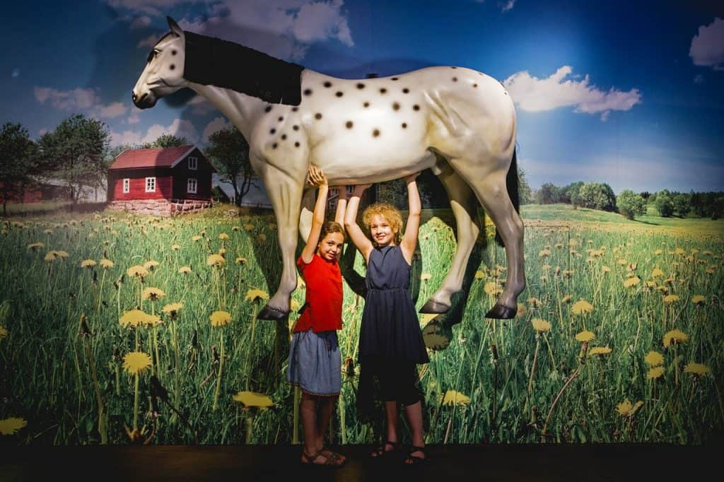 """Einmal so stark sein wie Pippi Langstrump und das Pferd """"Kleiner Onkel"""" in die Luft heben, sogar das ist in der Ausstellung möglich! Bildnachweis: Historisches Museum der Pfalz/Carolin Breckle"""
