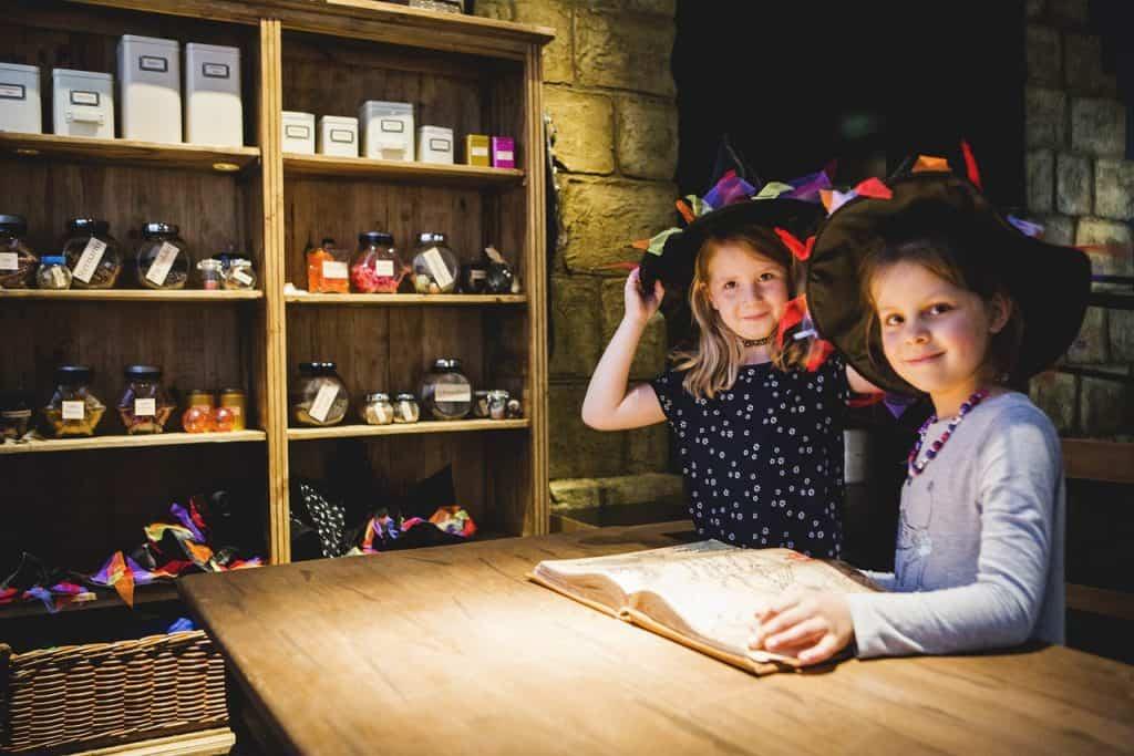 In der Küche der kleinen Hexe verkleiden sich die beiden Besucherinnen, um einen Zaubertrank zuzubereiten. Bildnachweis: Historisches Museum der Pfalz/Carolin Breckle