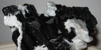Schörl (schwarzer Turmalin) mit Cleavelandit aus Ibadan/Nigeria