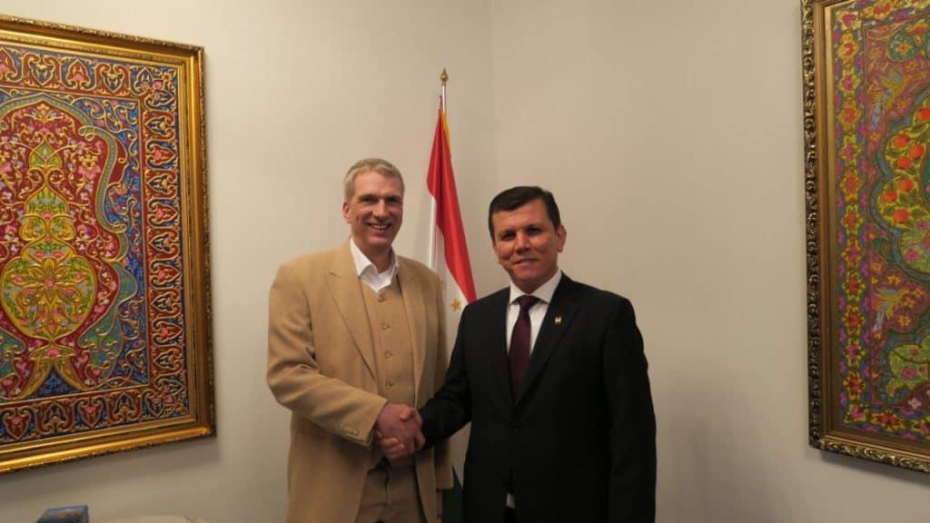 Tadschikistan SE Sphibnazar Gayratsho Botschafter der Republik Tadschikistan zusammen mit Stefan Fritsche Herausgeber Adeba.de