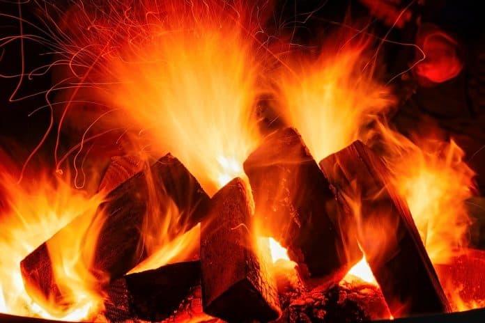 kaminfeuer feuer glut flammen heiß brennen wärme