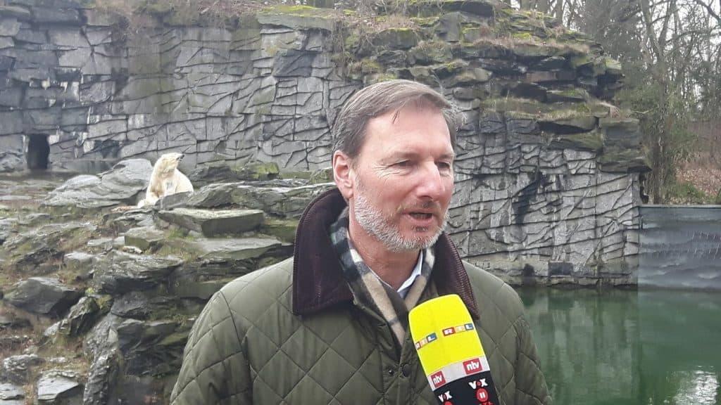 Dr. Andreas Knieriem vor der Eisbärenanlage Tierpark Berlin (Foto: Hans-Peter Gaul) Eisbärbaby Berlin.
