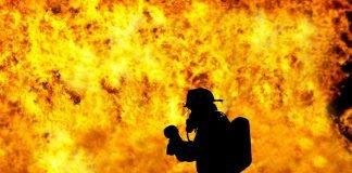 feuerwehrmann rettung baby held schwer feuer