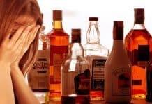 Frau Verzweiflung Alkohol Flasche Glas Getränk