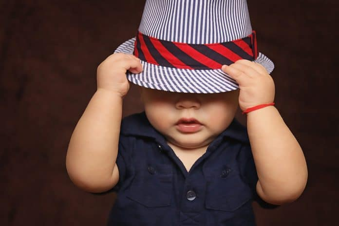 Baby Junge Hut Bedeckt Augen Kinder Baby Boy