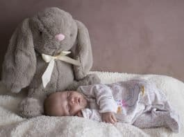 Baby Neugeborene Schlafen Mädchen Rosa Bett
