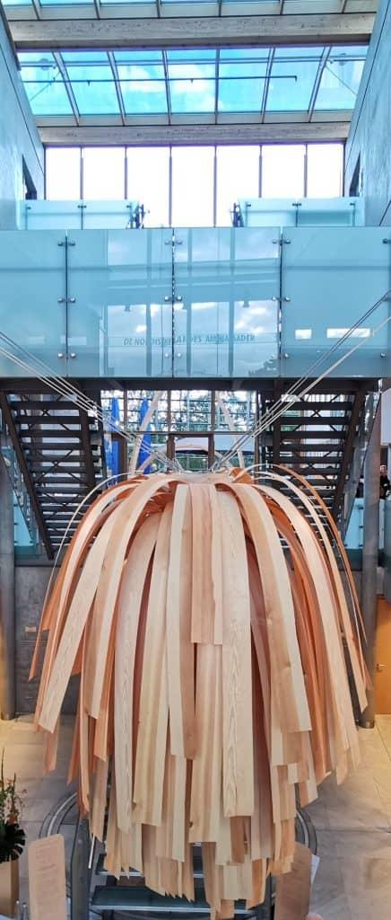 Holzskulptur un der Botschaft von Norwegen