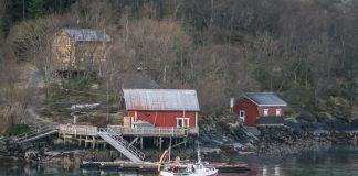 Norwegen Küstenlinie Wasser Reflexion Rotes Haus