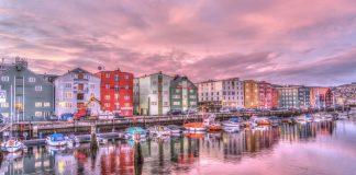Norwegen Trondheim Altstadt Hafen Sonnenaufgang