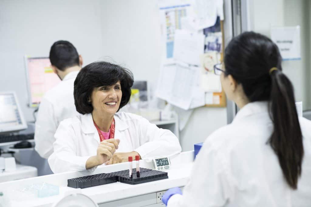 Dr. Hiyam Marzouqa im Labor des Caritas Baby Hospital, einer wichtigen Abteilung im medizinischen Alltag des Kinderkrankenhauses.