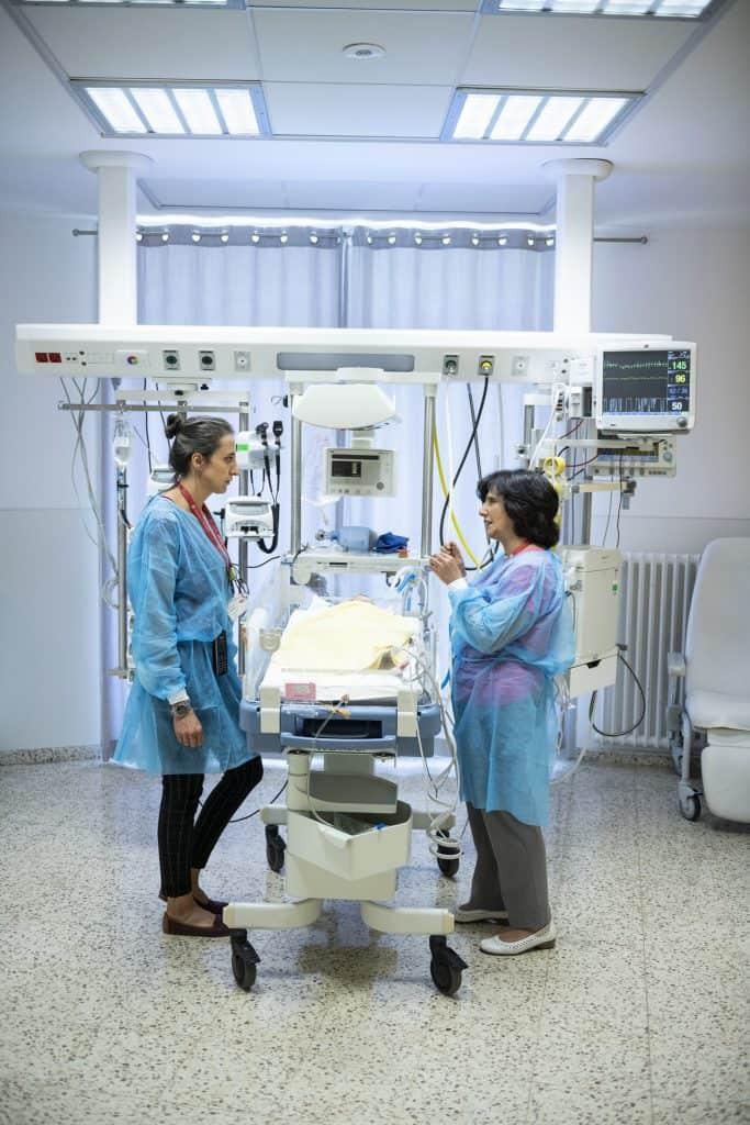Dr. Hiyam Marzouqa tauscht sich auf der Intensivstation mit einer Sozialarbeiterin aus, die in engem Kontakt mit den Eltern steht.