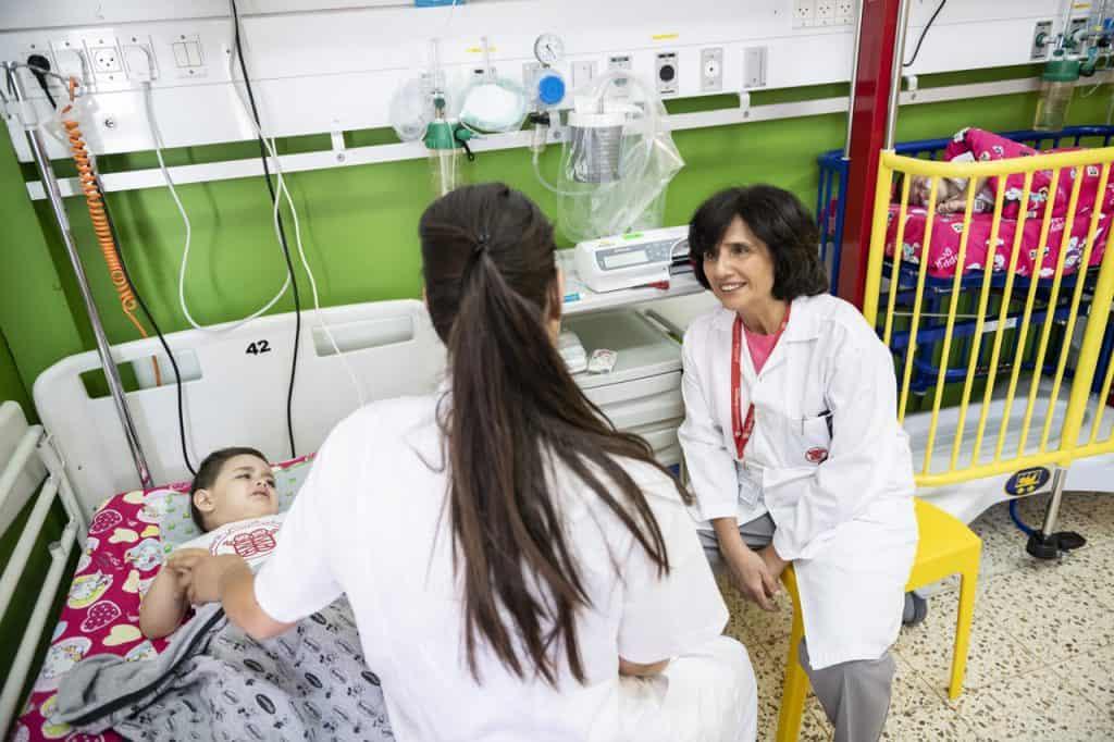 Regelmäßig geht Dr. Hiyam Marzouqa auf die Stationen und sucht selbst das Gespräch mit den Eltern.