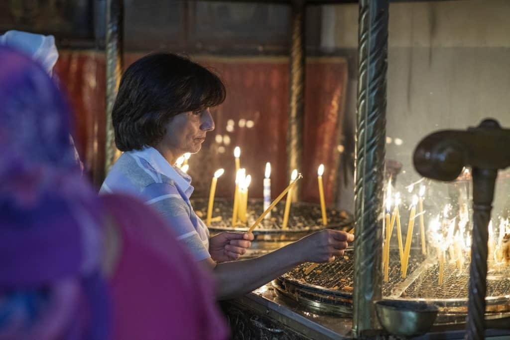 Besonderes Ritual: Fast jeden Tag besucht Dr. Hiyam Marzouqa vor der Arbeit die Geburtskirche in Bethlehem und zündet Kerzen an.