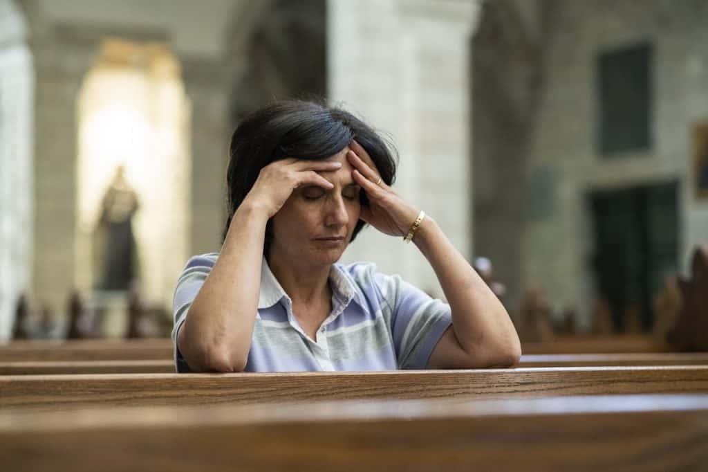 Die Kinderärztin nimmt sich Zeit für das persönliche Gebet.