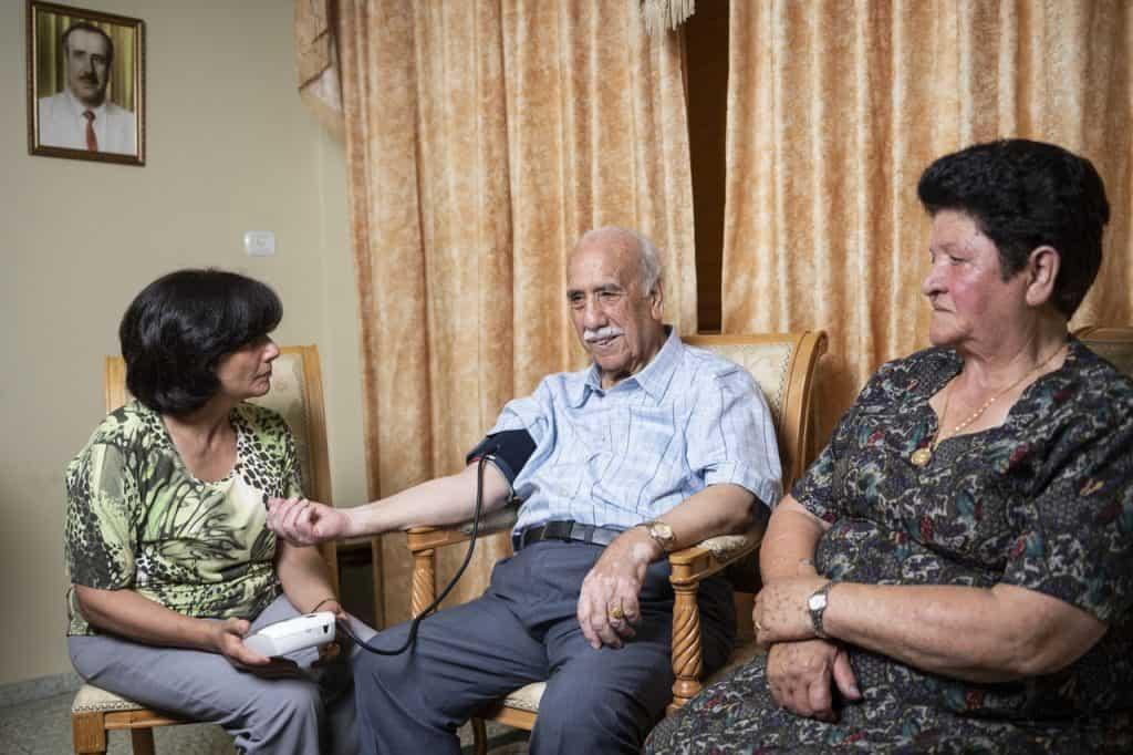 Die medizinische Betreuung ihrer Eltern teilt sich Dr. Hiyam Marzouqa mit ihrem Bruder, der ebenfalls Arzt ist.