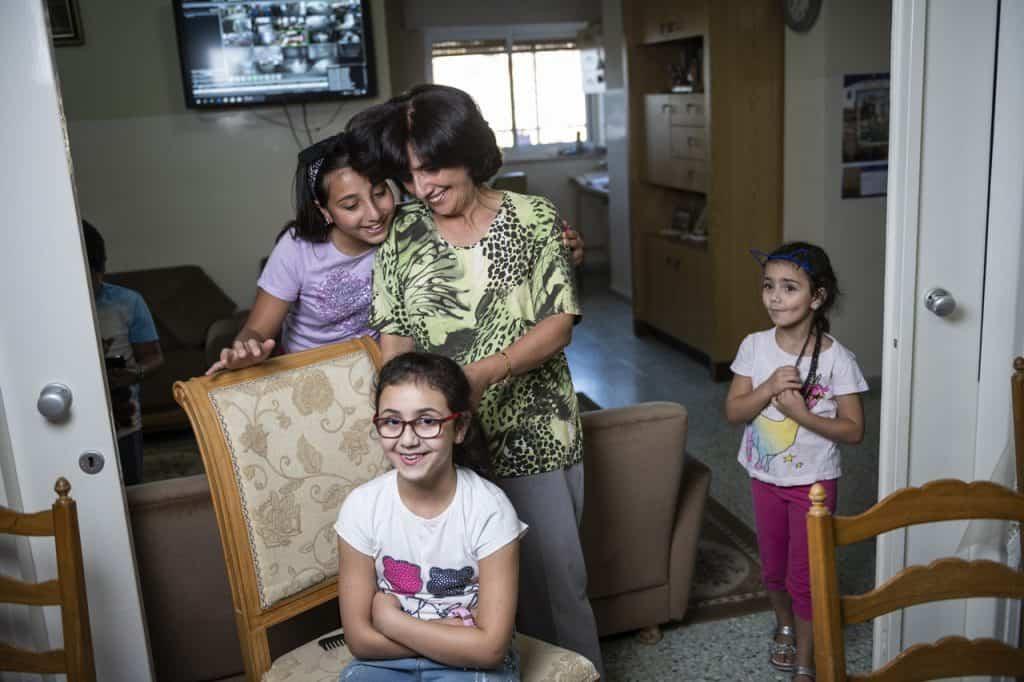 Dr. Hiyam Marzouqas Nichten sind überzeugt, dass ihre Tante die besten Zöpfe flechten kann.