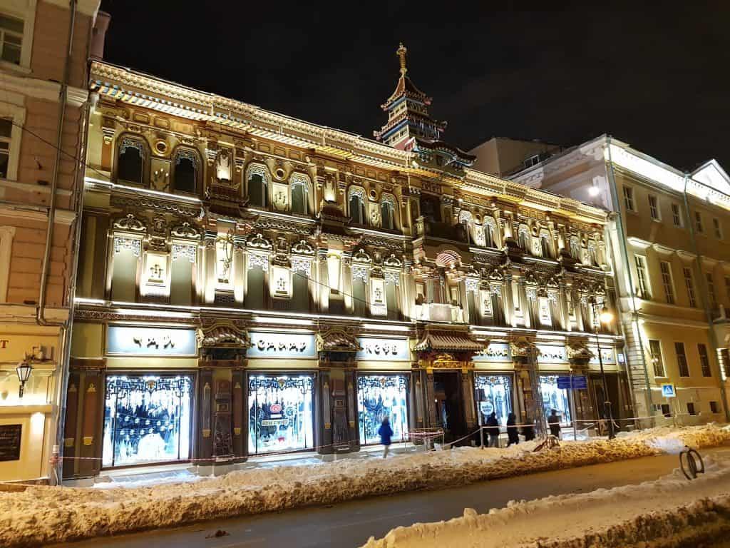 Beleuchtete Gebäude in der ganzen Stadt Moskau