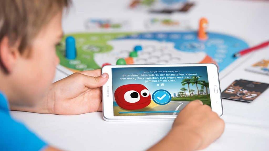 Interaktiv mit Spielbrett und Tablet 1