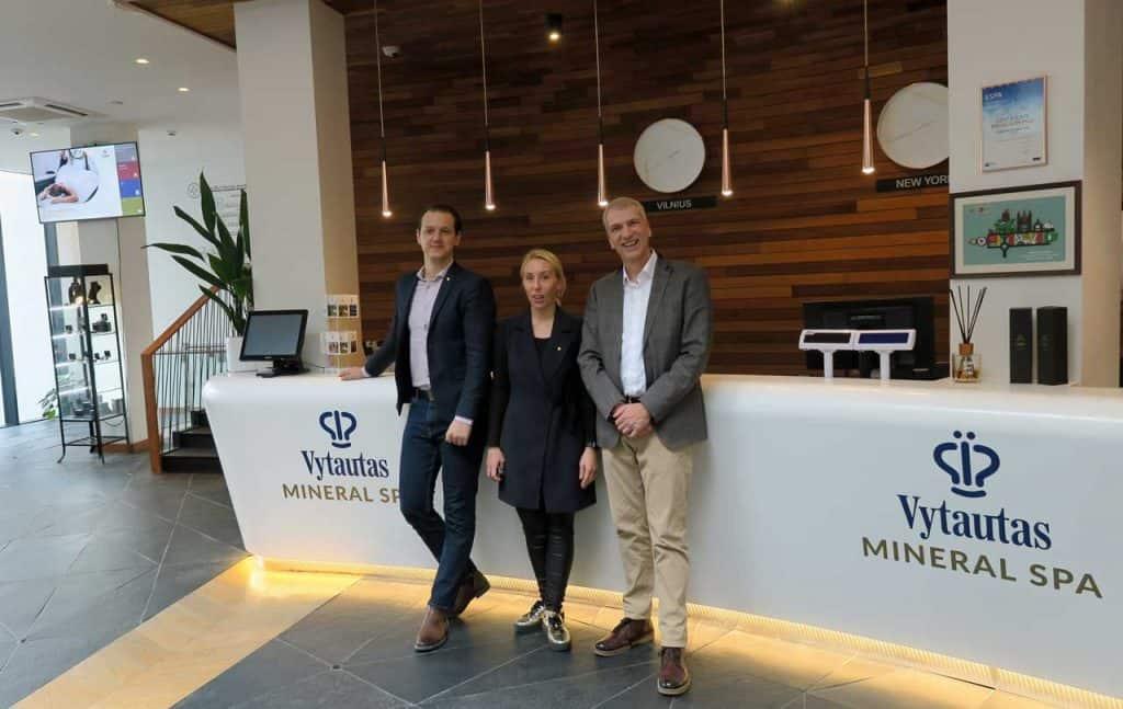 Hoteldirektor Robertas Lukosius Projektmanagerin und VIP Kunden Ansprechpartner Egle Kasakaityte und Verleger Stefan Fritsche (Litauen Spa Hotel)