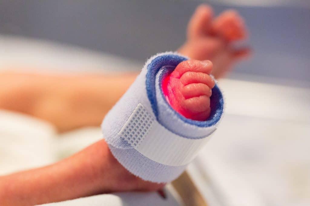Apgar-Test für Neugeborene (Apgar-Score): Fuß Frühchen Kind Neugeborenes Krankenhaus