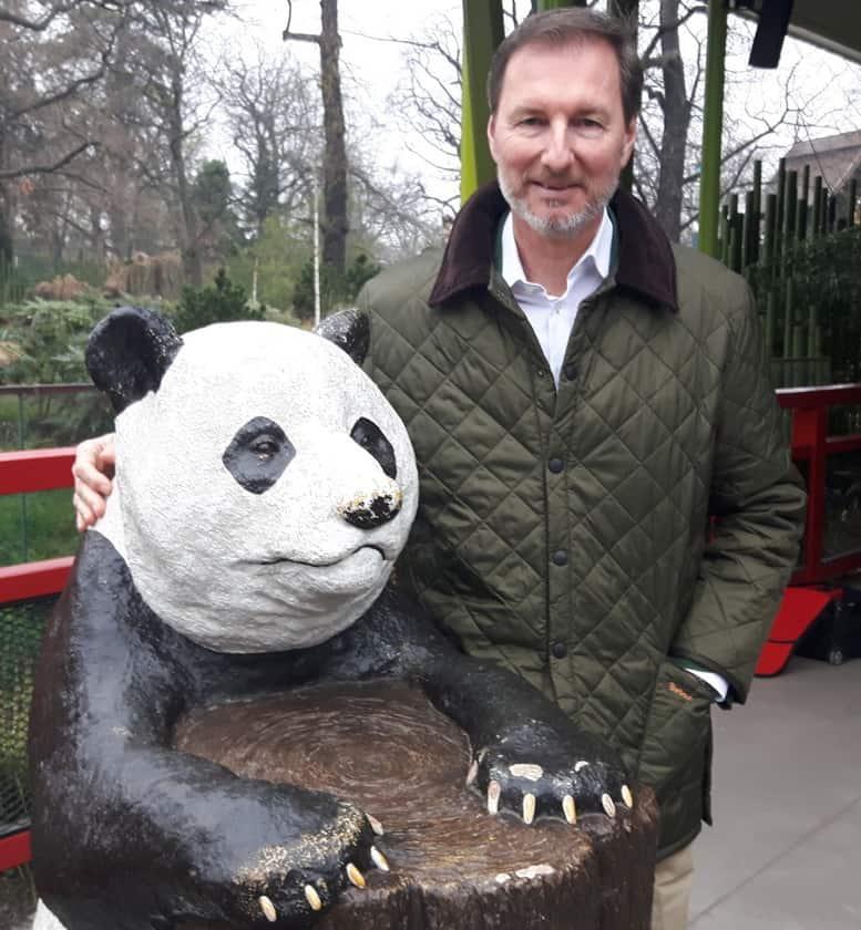 Zoo- und Tierparkdirektor Dr. Andreas Knieriem neben einem Pandabär.