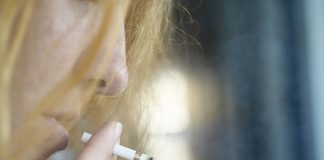 Frau Porträt Zigarette Smokey Rauch Butts