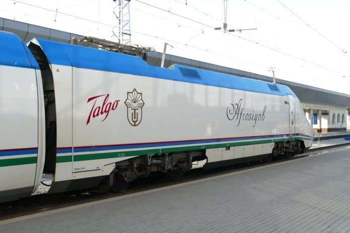 Zug in Usbekistan Samarkand Taschkent Zentralasien