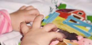 baby hand kleinkind kind greifen begreifen