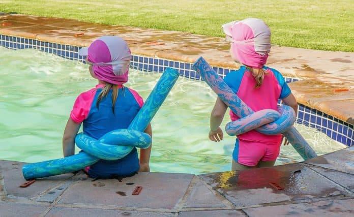 kinder schwimmbad spielen sonne sommer spaß