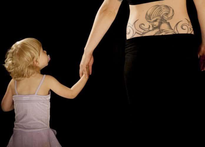 Familie Mama Tochter Tattoo Händchen Halten Hände