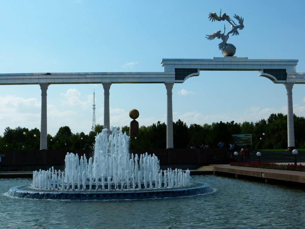 Denkmal in Tashkent auf dem Unabhängigkeitsplatz mit Wasserspiel in Usbekistan