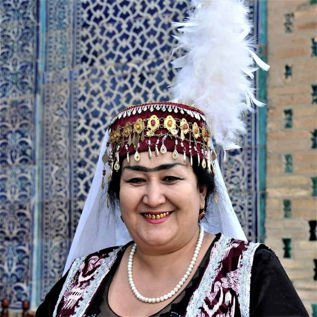 Frau in Folklore Kostüm in Usbekistan