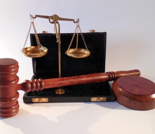 hammer waage gericht justiz recht gesetz