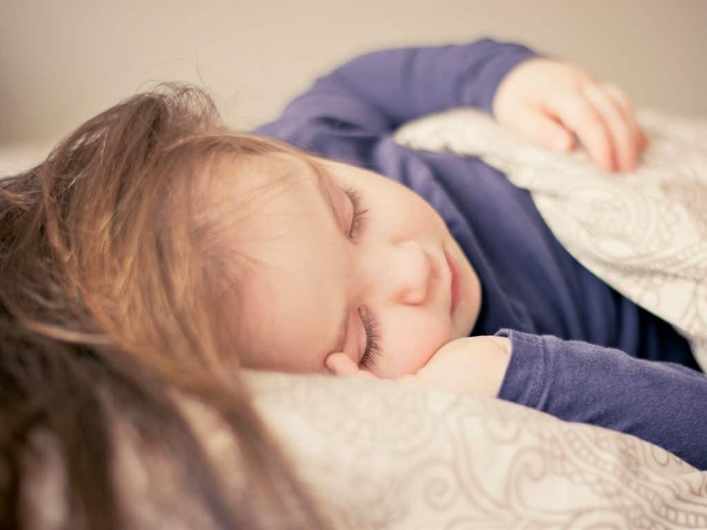 Babyschlaf: Bis ins Kleinkindalter hinein kann ein Familienbett sinnvoll sein. Die Kinder brauchen die elterliche Nähe, um sich sicher zu fühlen und gut schlafen zu können.